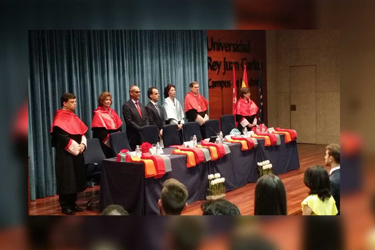 El consejero de educación de la CAM, Rafael Van Grieken, acompaña a los estudiantes de Derecho de la URJC en su graduación